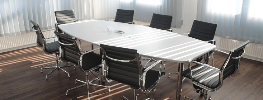 Bürostühle an einem Roundtable in einem Konferenzraum